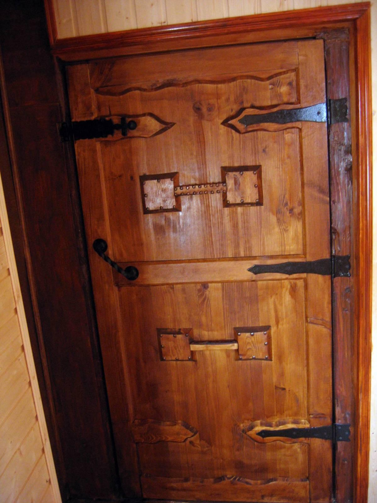 Двери состаренные своими руками 73